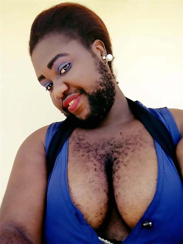Cô ngừng triệt lông, thay vào đó là đại tu lại bộ ngực để trông quyến rũ hơn.Không chỉ để cho râu mọc tự nhiên, Nonyerem còn tự tin tung lên mạng những bức ảnh tự sướng khoe râu và lông ngực rậm rạp.