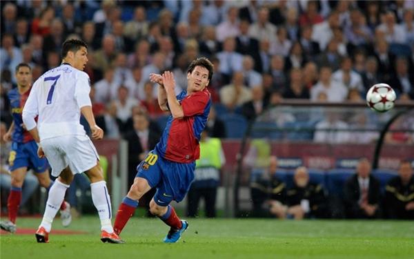Trong trận chung kết Champions League diễn ra vào năm 2009, Ronaldo lúc này còn thi đấu cho Manchester United đối đầu với Messi của Barcelona. Kết quả Barca thắng MU với tỉ số 2-0, trong đó Messi đóng góp một bàn thắng.