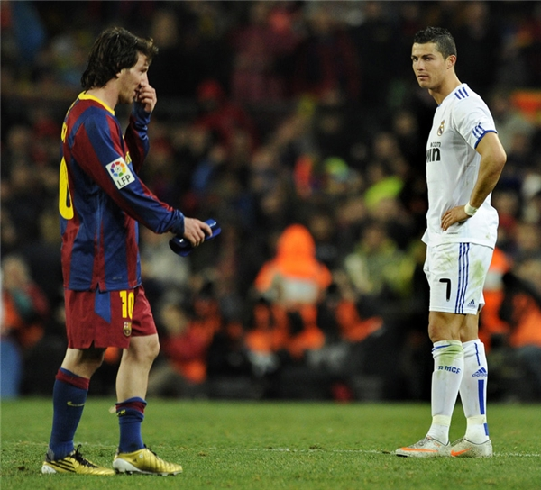 Mùa hè năm 2009, Ronaldo chính thức trở thành kỳ phùng địch thủ của Messi sau khi đầu quân cho Real Madrid, đối thủ số một của Barca tại La Liga.