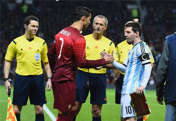Cả hai đều là đội trưởng của ĐTQG Bồ Đào Nha và Argentina, đối đầu nhau 2 lần, mỗi đội giành chiến thắng 1 lần, Ronaldo và Messi mỗi người ghi được 1 bàn thắng.