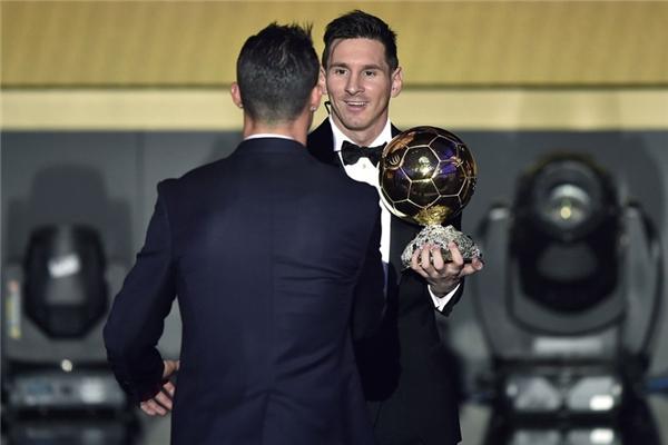Hiện Messi vượt trội hơn với 5 Quả Bóng Vàng, hơn Ronaldo một lần chiến thắng.