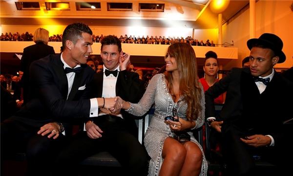 Một khoảnh khắc đẹp khi Ronaldo bắt tay chào hỏi bạn gái Messi tại lễ trao giải Quả Bóng Vàng 2015.