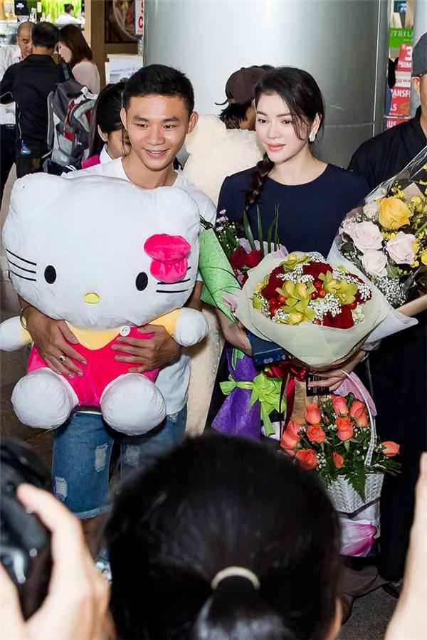 Lý Nhã Kỳ cũng phải rất chật vật để ôm hết rất nhiều hoa và gấu bông, quà củafan tặng. Cô bất ngờ khi fans chuẩn bị những món quà cực đáng yêu. - Tin sao Viet - Tin tuc sao Viet - Scandal sao Viet - Tin tuc cua Sao - Tin cua Sao