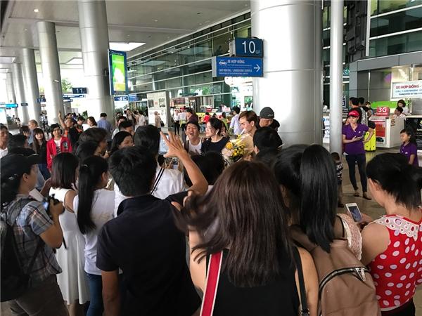 """Fan nồng nhiệt gọi """"công chúa Lý Nhã Kỳ"""" tại sân bay - Tin sao Viet - Tin tuc sao Viet - Scandal sao Viet - Tin tuc cua Sao - Tin cua Sao"""