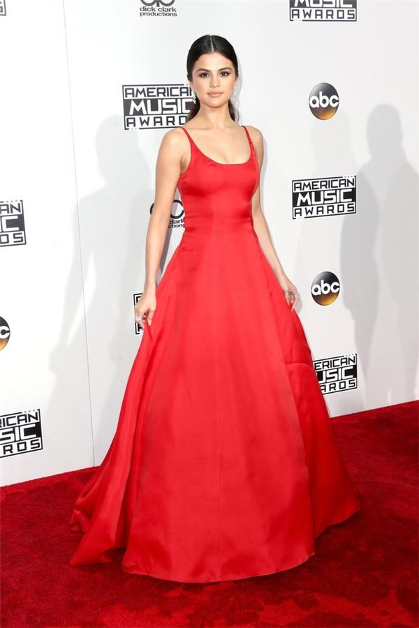Selena Gomez tràn đầy sức sống trong chiếc đầm đỏ nổi bật thu hút mọi ánh nhìn.