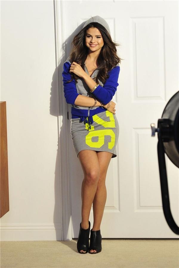 Selena Gomeztừng hợp tác với một chuỗi trung tâm thương mại Mỹ để cho ra mắt Bộ sưu tập Dream Out Loud.