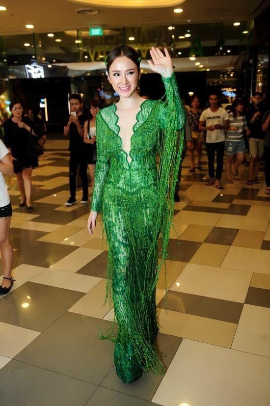 Mỹ nhân Việt đọ sắc với sắc xanh lễ hội cuối năm