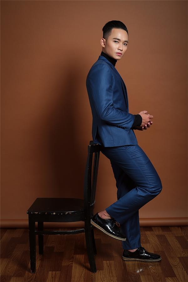 Trong bộ ảnh này, Nguyễn Anh Tú chọn tông màu xanh dương đen cho trang phục của mình để khắc họa rõ nét sự cứng rắn, từng trải nhưng cũng rất lãng mạn, đầy tính nghệ sĩ của bản thân. - Tin sao Viet - Tin tuc sao Viet - Scandal sao Viet - Tin tuc cua Sao - Tin cua Sao