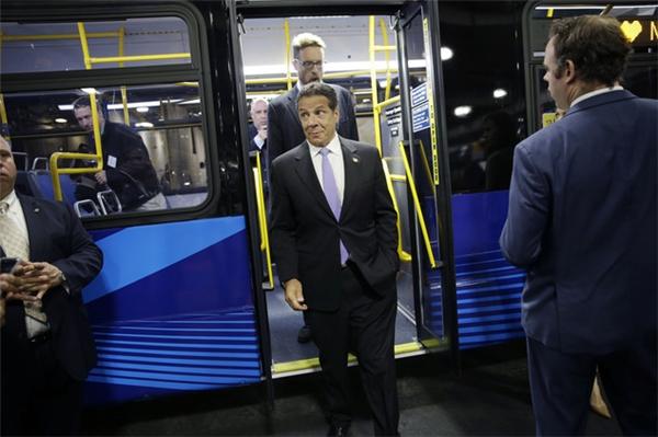 Thống đốcAndrew Cuomo đi thử nghiệm siêu xe bus triệu đô tại quận Queen. (Ảnh: internet)