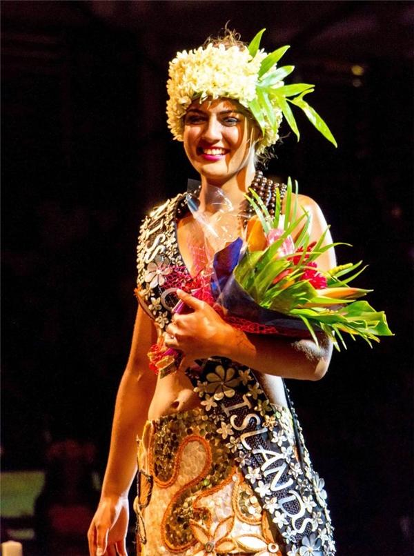 Người đẹp quần đảo Cooks cũng giành một vị trí trong top 20 chung cuộc nhờ chiến thắng thử thách phụ Hoa hậu Thể thao. Đây được xem là thành tích tốt nhất của vùng lãnh thổ này tại Miss World.