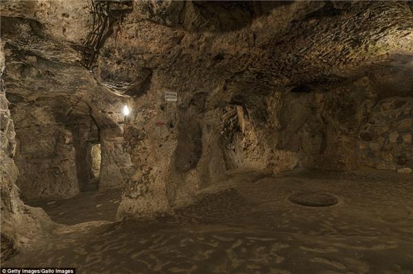 Những nhà thờ, chữ viết từ thời Hy Lạp cổcũng được tìm thấy bên trong công trình vĩ đại này.
