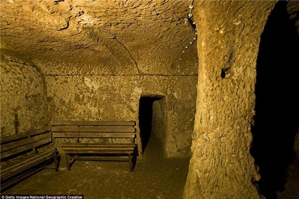 Các chuyên gia cho rằng thành phố Derinkuyu được xây dựng từ những năm 780 - 1180 trước công nguyên với mục đích không chỉ là không gian sinh hoạt mà còn là hầm trú ẩn cực lớn để phòng tránh thiên tai.