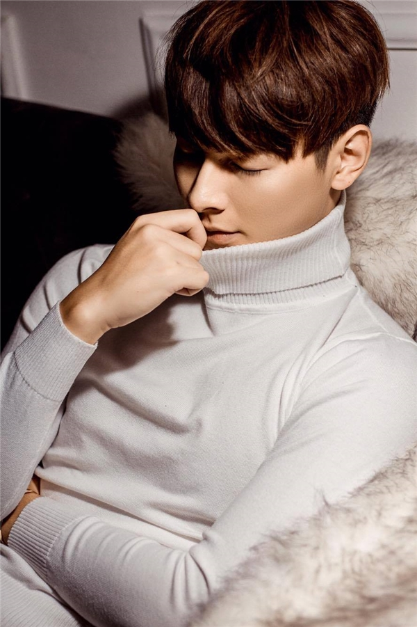 Chàng mĩnam trong vô cùng lịch lãm với phong cách Hàn Quốc, áo len cổ lọ màu trắng kết hợp cùng quần tây kiểu dáng ôm sát slim fit. - Tin sao Viet - Tin tuc sao Viet - Scandal sao Viet - Tin tuc cua Sao - Tin cua Sao