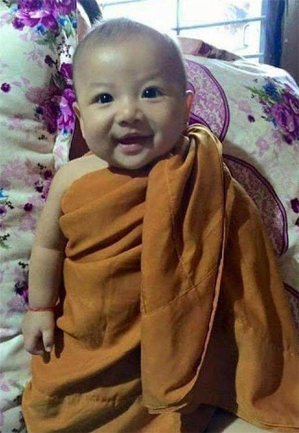 Nụ cười hồn nhiên của cậu bé trong chiếc áo choàng hòa thượng. (Ảnh: Internet)