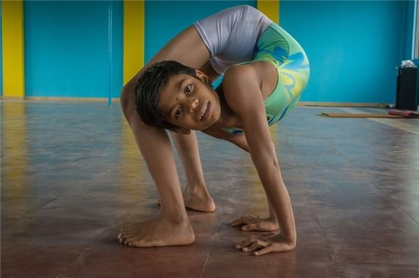 """Cậu bé Aditya Kumar Jangum (13 tuổi, Maharashtra, Ấn Độ) mơ ước ghi tên mình vào sách Kỉ lục Guinness thế giới. Jangum đã học yoga và tập uốn dẻo trong suốt 8 năm liền và trở nên nổi tiếng ở địa phương với biệt danh """"người rắn""""."""