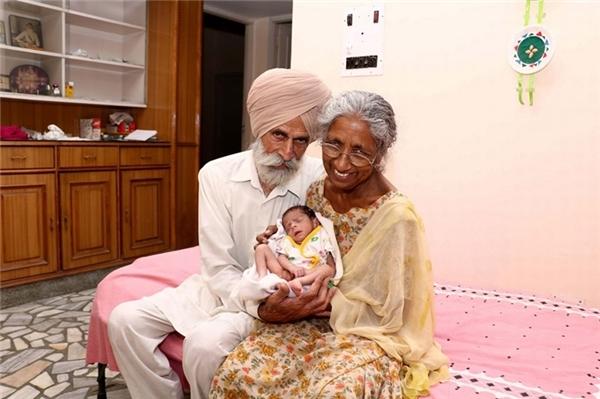 Trong ảnh là một cặp vợ chồng Ấn Độ tuổi ngoài 70 với cậu con trai đầu lòng. Với khát khao được làm mẹ, làm cha cháy bỏng, bà Daljinder Kaur (72 tuổi) cùng chồng Mohinder Singh Gill (79 tuổi) đã quyết định nhờ cậy vào kĩ thuật thụ tinh trong ống nghiệm. Cháu bé chào đời vào ngày 19/4 vừa qua.