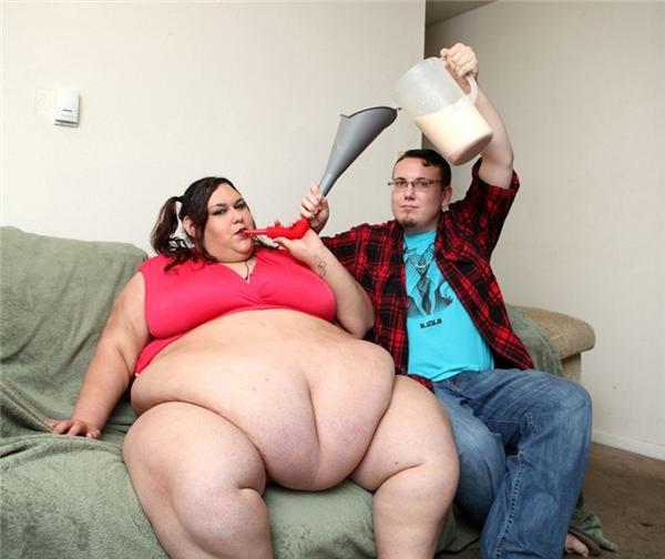 """Rất nhiều cô nàng đã cảm thấy ghen tị với Monica Riley (27 tuổi, Mỹ) khi cô liên tục được bạn trai kém 2 tuổi... vỗ béo. Với trọng lượng 318kg, Monica không hề có ý định giảm cân mà đang hướng tới con số 445kg để giành """"ngôi vị"""" người phụ nữ nặng nhất thế giới."""