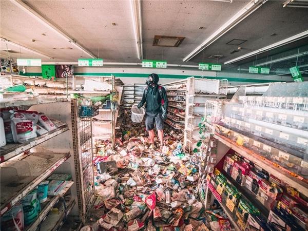 Bức ảnh này đã khiến nhiều người ám ảnh khi nhớ về trận động đất ở tỉnh Fukushima, Nhật Bản cách đây 5 năm. Kể từ sau thảm họa thiên nhiên này xảy ra, chính phủ Nhật Bản đã cho thiết lập các hàng rào phong tỏa quanh khu bị nhiễm xạ cao, giờ đây khi vực này là một nơi hẻo lánh, không một bóng người. Bức ảnh được một nhà thám hiểm ghi lại.