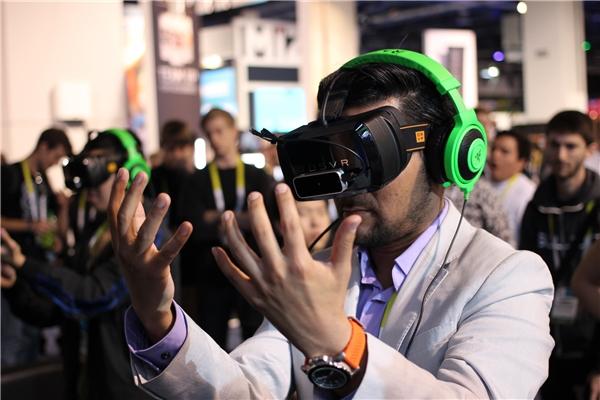 Thực tế ảo thường được hiển thị trên màn hình máy tính thông qua kính VR. (Ảnh: internet)