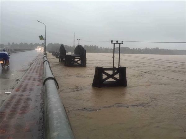 Nước sông dânglên đến thành cầu. (Ảnh: FB)