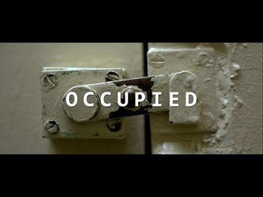 Chỉ với 5 phút thôi, Occupied sẽ kể cho bạn nghe câu chuyện kinh dị của một nhân viên trực ca đêm vì quyết định vào nhà tắm nghỉ một lúc và sẽ phải đối mặt với nỗi ám ảnh ghê rợn chưa từng thấy có thể ảnh hưởng đến sự sống còn của anh ta.