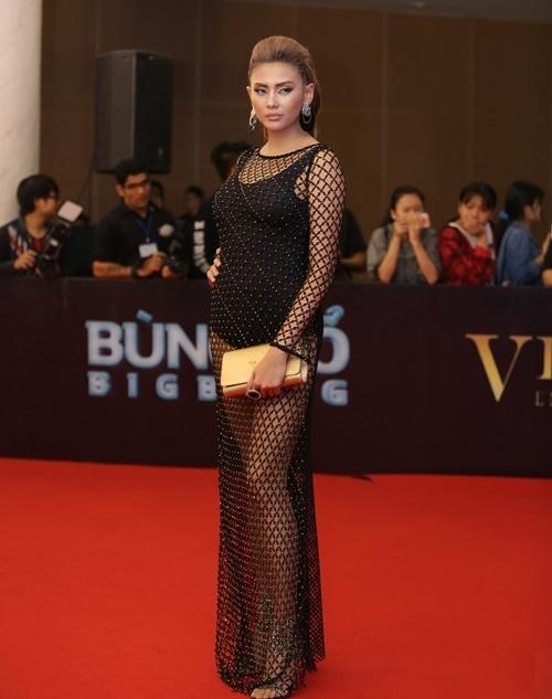 Tham gia Đêm hội chân dài 2016, cựu siêu mẫu Võ Hoàng Yến khiến quan khách phải liên tục chú ý khi diện trang phục quá đỗi gợi cảm. Tuy nhiên, sắc vóc của cô lại không hề phù hợp bởi vòng eo quá khổ.
