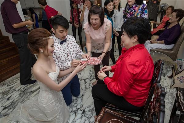 Cặp đôi mời trà đấng sinh thành để tỏ lòng hiếu thảo theo phong tục người Trung Quốc.