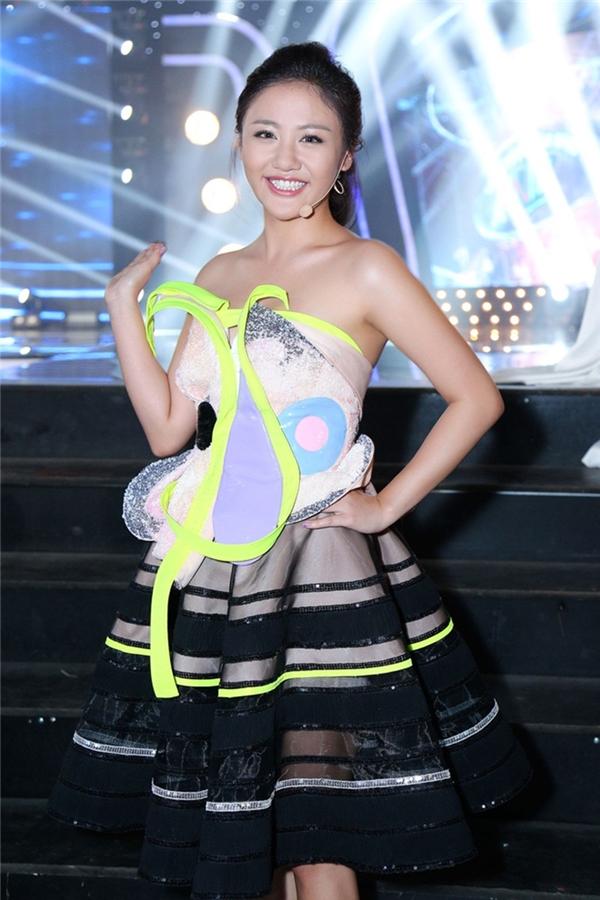 Văn Mai Hương thường chọn sai phom dáng trang phục với sắc vóc của cô khiến chiều cao khiêm tốn càng bị thu lại.