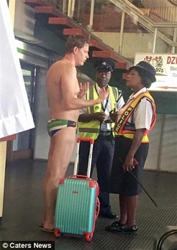 Các nhân viên làm thủ tục tại quầy check-in ở sân bay đều mắt tròn mắt dẹt khi nhìn thấy Greig. Tuy nhiên, vì lí do cao thượng nên anh chàng vẫn được đặc cách lên máy bay.