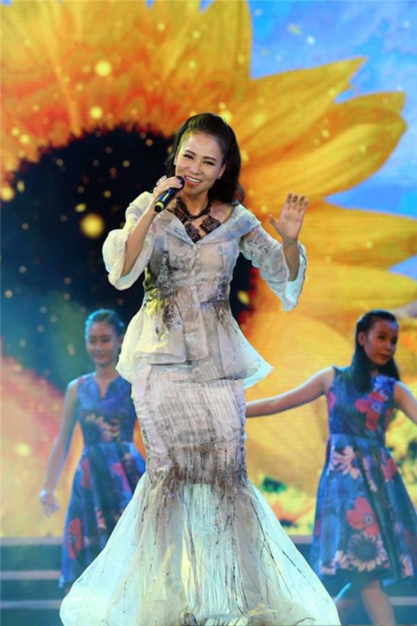 Thu Minh cũng mất điểm với thiết kế kết hợp áo phom peplum và chân váy đuôi cá theo hiệu ứng loang màu lạ mắt. Bộ trang phục trông khá nhàu nhĩ.