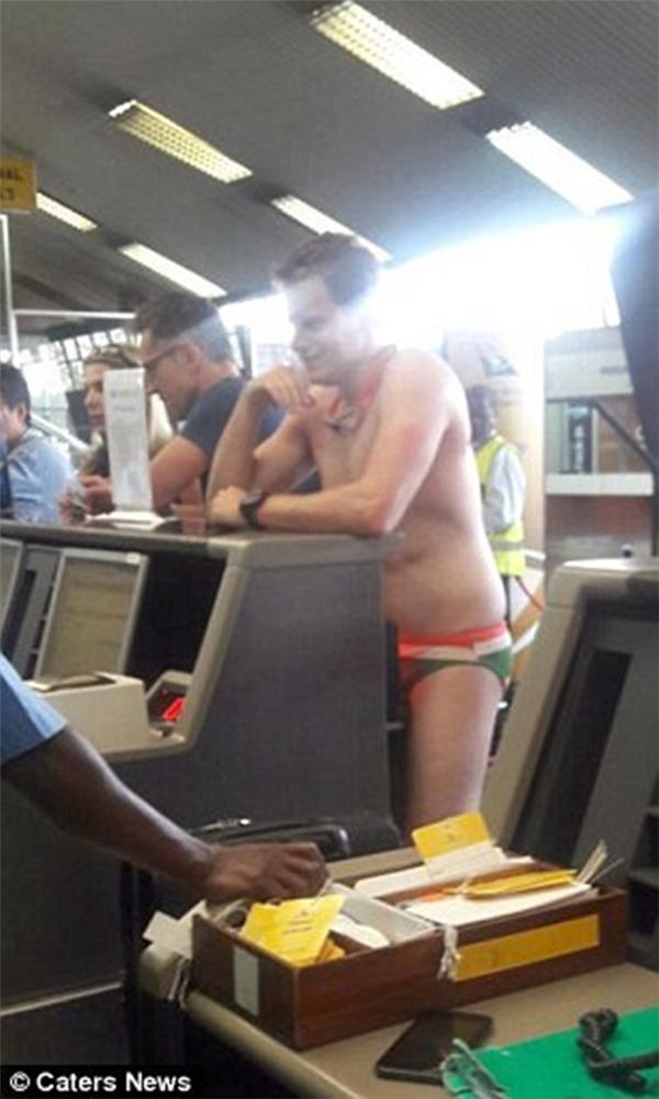 Chàng trai gây náo loạn sân bay với bộ cánh chỉ mình anh dám diện