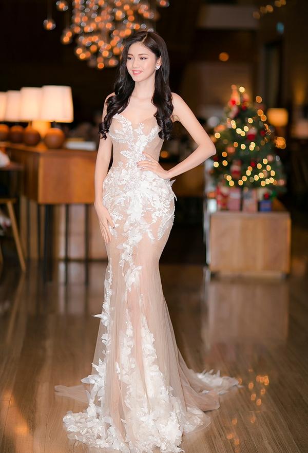 Á hậu Thanh Tú cũng không hề thua chị, kém em với thiết kế màu nude ngọt ngào kết hợp họa tiết ren trắng của nhà thiết kế Anh Thư. Chỉ sau vài tháng đăng quang, cả nhan sắc lẫn phong cách thời trang của Á hậu Việt Nam 2016 đã có sự thay đổi rõ nét.