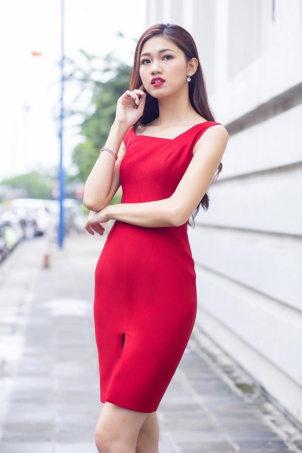 Á hậu Việt Nam 2016 cuốn hút mọi ánh nhìn với sắc đỏ rực rỡ tượng trưng cho mùa lễ hội cuối năm. Thiết kế phom ôm đơn giản được nhấn nhá bằng đường cắt ở chân váy hay thắt eo.