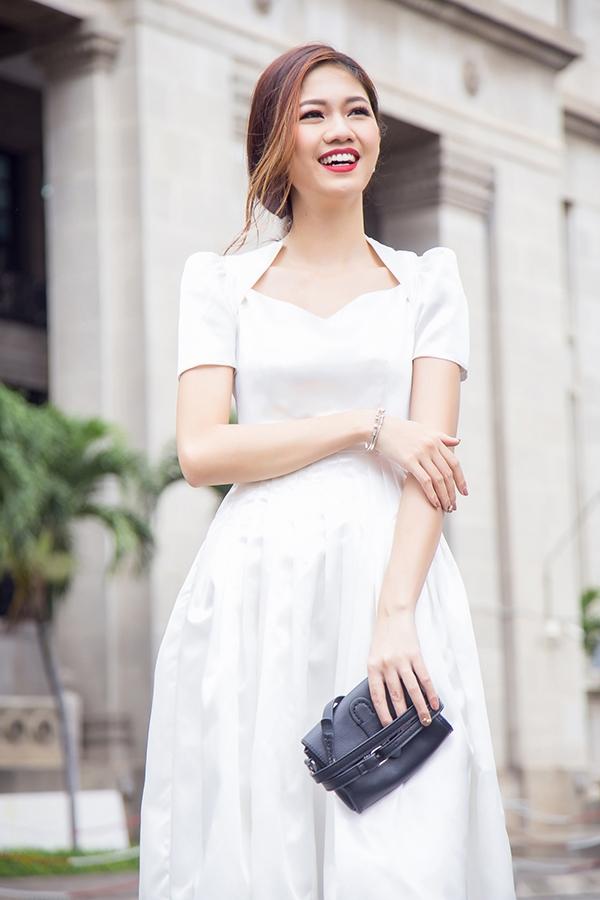 Hình ảnh quý cô cổ điển được Thanh Tú khắc họa với thiết kế màu trắng phom xòe cổ điển, phần ngực xẻ đối xứng.