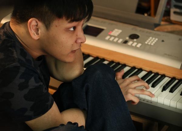 Nam Cường xúc động bật khóc trước tài năng của nhạc sĩ khuyết tật 9X