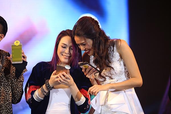 Được biết, ngoài việc góp mặt biểu diễn trong đêm nhạc, Mỹ Tâm còn là khách mời đặc biệt của sự kiện. Cô cùng các nghệ sĩ giới thiệu ứng dụng điện thoại mới đến người hâm mộ. - Tin sao Viet - Tin tuc sao Viet - Scandal sao Viet - Tin tuc cua Sao - Tin cua Sao