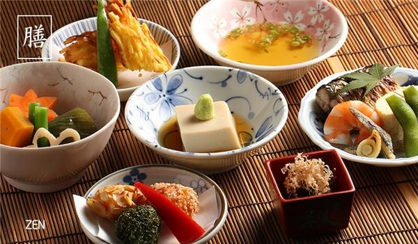 Mùa xuân (mùa hoa anh đào nở): Là thời gian người Nhật chuộng sushi nhất với 5 món sushi làm từ trai biển, cá biển sayori, sò trứng – tori-gai, miru-gai (tôm, cua, trai, sò) và cá đánh từ biển đen – kisu.