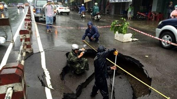 Chiếc hố lớn bị sụt lở ngay giữa đường. (Ảnh: Internet)