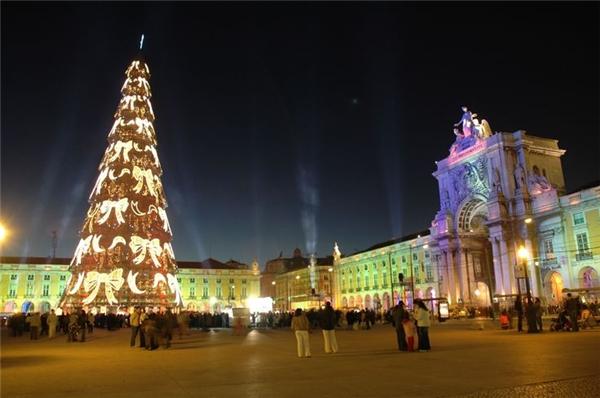 Cây thông Noel cao nhất châu Âu nằm ở thành phố Libson, Bồ Đào Nha.