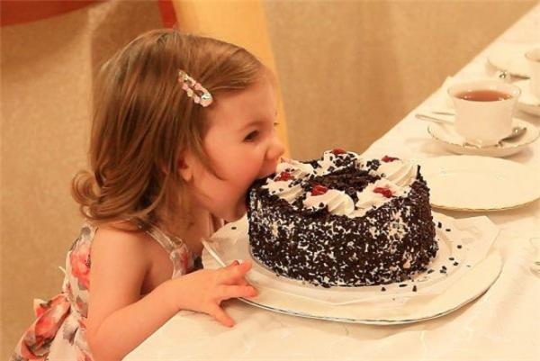 Mẹ chỉ nói không được chọc tay vào quẹt kem, mẹ đâu có nói là không được dùng miệng đâu.