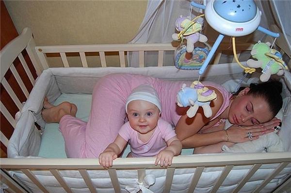 Mẹ thì buồn ngủ không thể chịu nổi mà con thì dỗ mãi vẫn nằm cười toe toe. Thôi quyết định mạnh ai nấy ngủ.