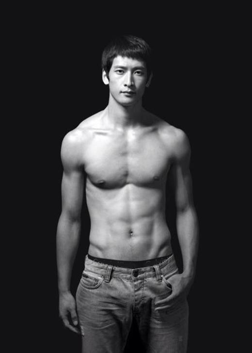 Moon Sung Minsở hữu chiều cao 1m98, cân nặng 89kg, gương mặt điển trai vàthân hình vô cùng hoàn hảo.