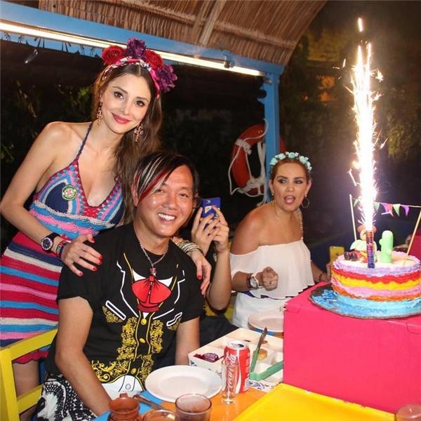 """Trong dịp sinh nhật của chồng, Deborah cũng không tiếc lời ngợi khen anh: """"Chúc mừng sinh nhật chồng yêu! Người đàn ông tuyệt vời nhất thế gian! Yêu anh rất nhiều! Đang tổ chức một buổi tiệc mừng kéo dài 3 ngày liên tục ở Playa del carmen, để khoe đất nước Mexico xinh đẹp!"""""""