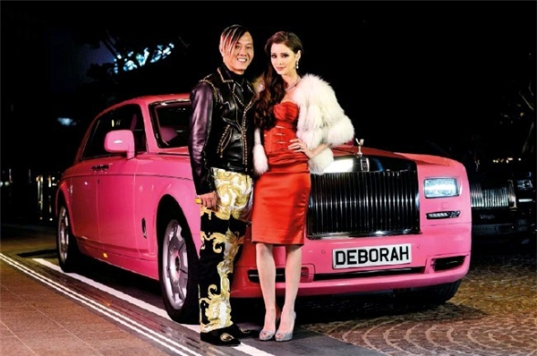 Không những thế cô còn có được một chiếc Rolls Royce được làm riêng cho mình.