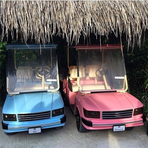Trong một kỳ nghỉ tại Maldives, sân golf đã đặc biệt chuẩn bị riêng cho vợ chồng Hung hai chiếc xe xanh dương và hồng với biển số là tên của mỗi người.