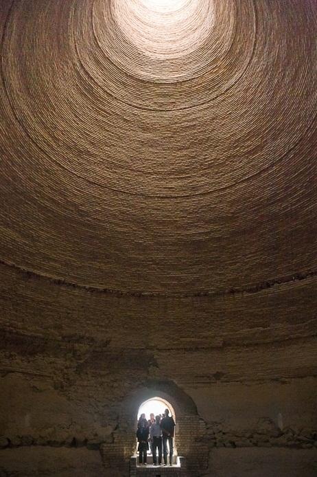 Bên trong một hầm băng khổng lồ. (Ảnh: internet)
