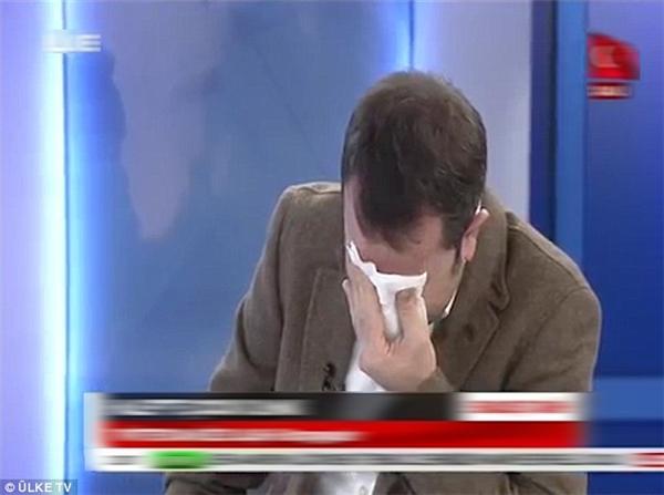 Nhà báo bật khóc trên sóng vì bé 5 tuổi phẫu thuật không gây tê