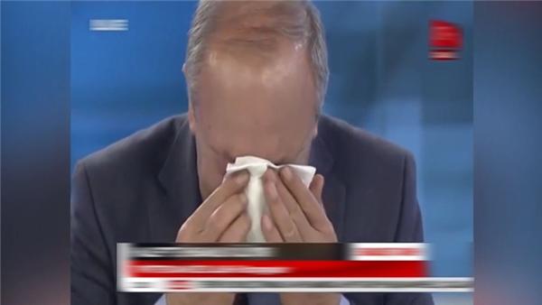 Cả hai nhà báo đều không thể ngăn được những giọt nước mắt đau lòng của mình.