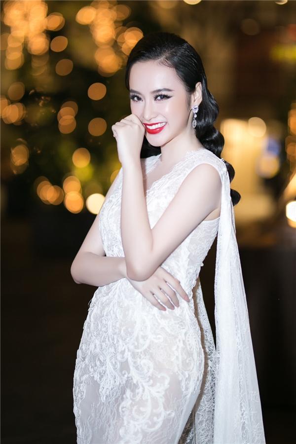 Tham gia đêm tiệc vào tối qua (18/12), Angela Phương Trinh cuốn hút mọi ánh nhìn với chiếc váy ren ôm sát gợi cảm. Thiết kế nhấn nhá bằng phần áo choàng cape cầu kì phía sau có đường cắt xẻ rộng.
