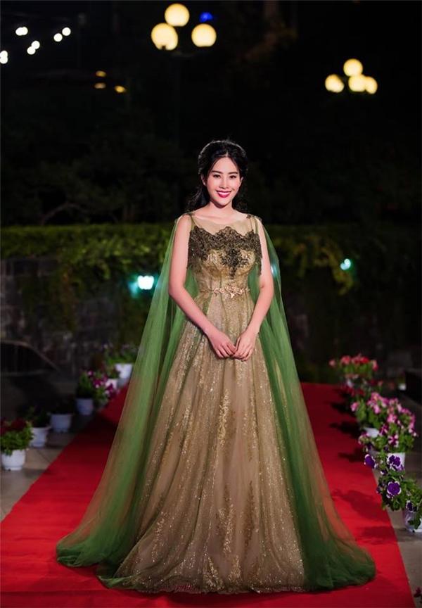 Cuộc chiến váy tay cape của Phương Trinh và loạt mỹ nhân Việt